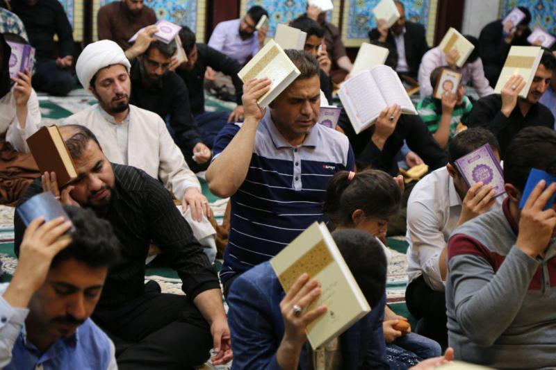 دستهای نیاز روزه داران سرپلذهابی به آسمان بلند شد / مومنین برای تثبیت تقدیر خود قرآن برسر به ائمه اطهار علیه السلام متوسل شدند