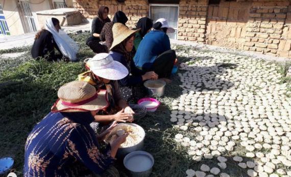 """غذای بومی ترخینه در میان مردم زلزله زده سرپل ذهاب/""""ترخینه"""" غذای محلی مورد علاقه مردم سرپل ذهاب در زمستان است"""