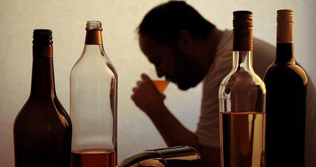 هشدار نسبت به افزایش مسمومیتهای الکلی/ مصرف خوراکی الکل تاثیری در نابودی کرونا ندارد